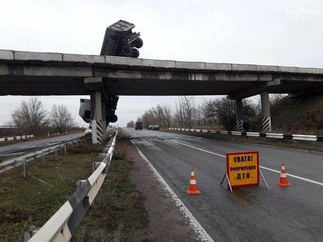 Фура повисла на мосту