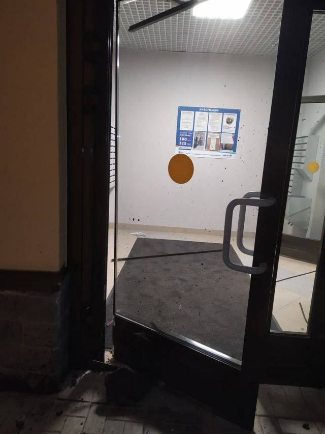 Выбитая дверь подъезда