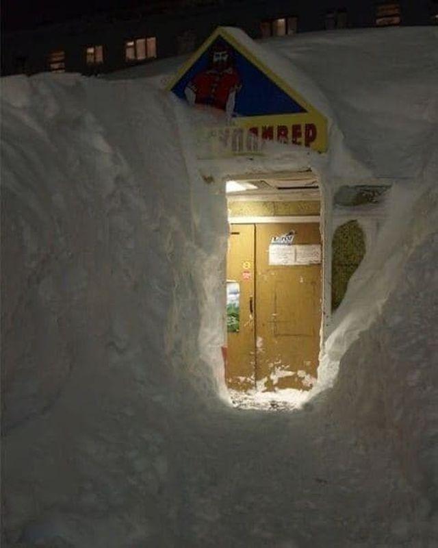 Выкопали в снегу проход к двери