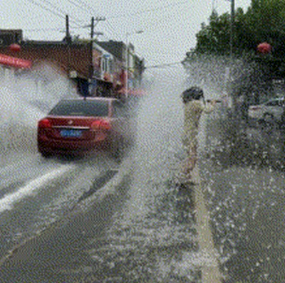 Машина облила девушку водой из лужи