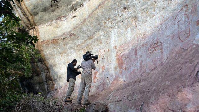 Археологи снимают наскальные рисунки в лесах Амазонии