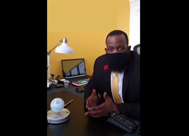 Темнокожий парень в маске