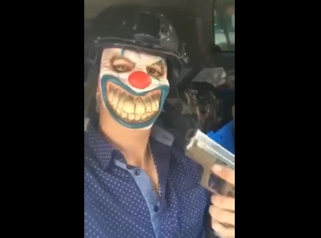 Грабитель в маске клоуна