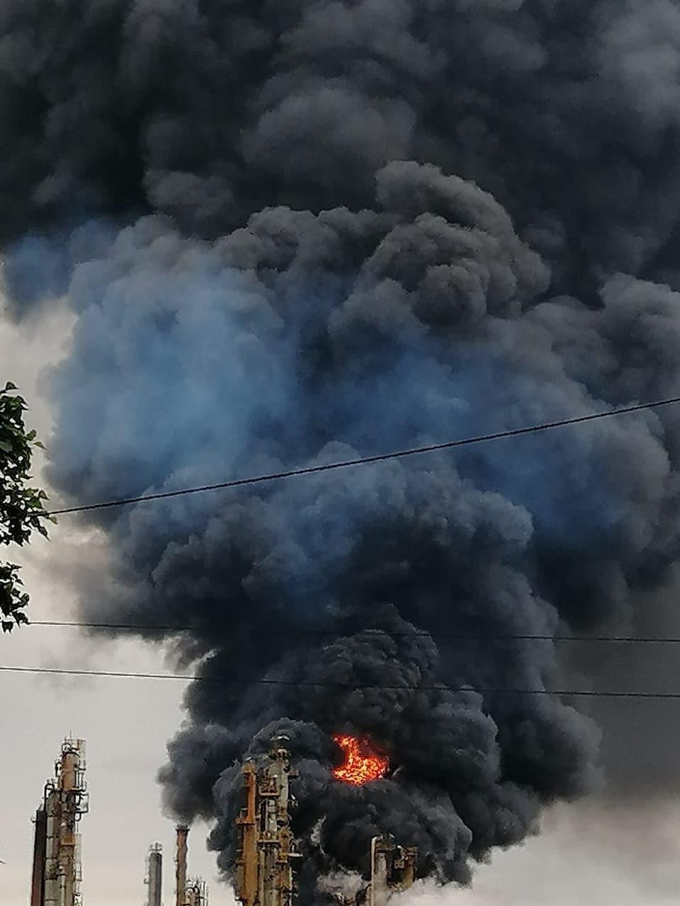 Пожар на нефтеперерабатывающем заводе Engen в южноафриканском городе Дурбан (3 фото + 3 видео)