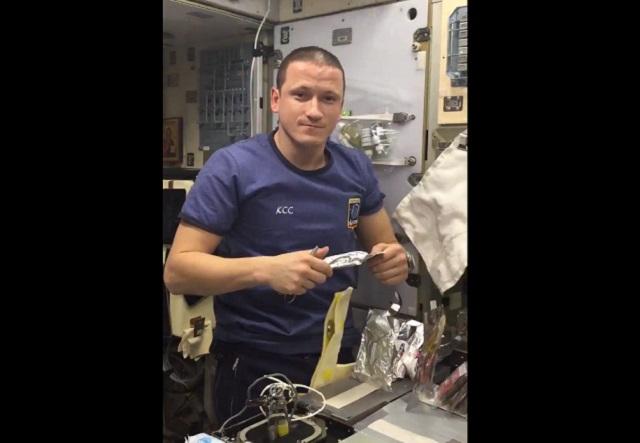 Космонавт готовит рассольник
