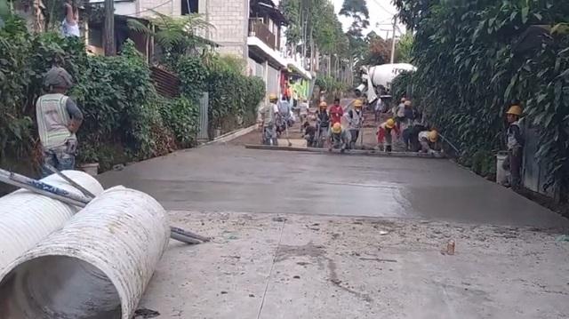 Рабочие делают дорогу