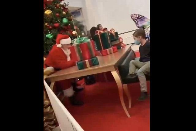 Санта-Клаус и ребенок