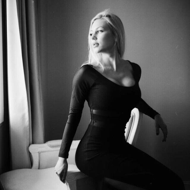 Анна Храмцова в черной кофте