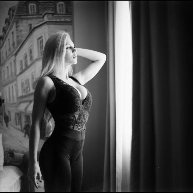 Анна Храмцова смотрит в окно