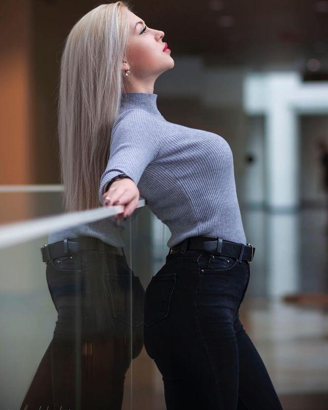 Анна Храмцова в серой водолазке