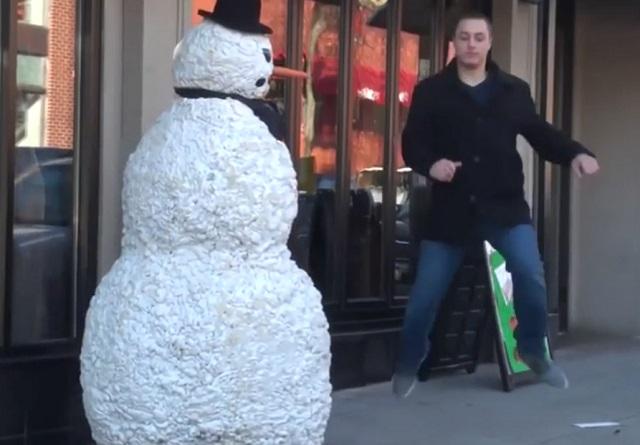 Снеговик пугает людей