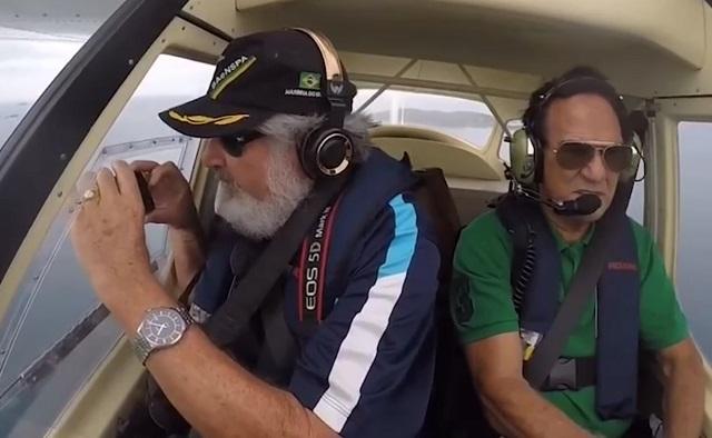 Мужчина снимает в самолете