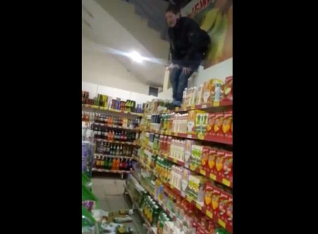 Пьяна женщина залезла на полку в магазине
