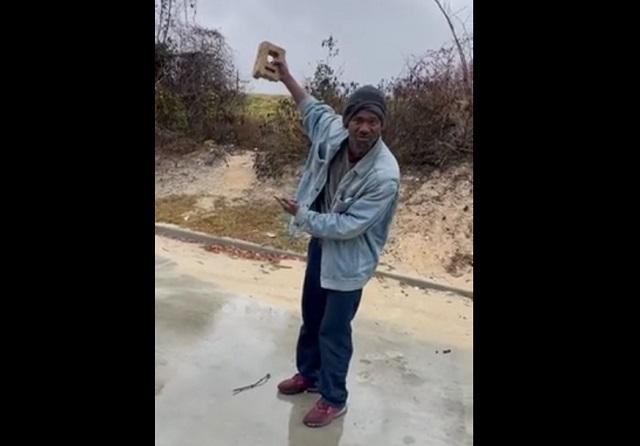 Мужчина с кирпичом