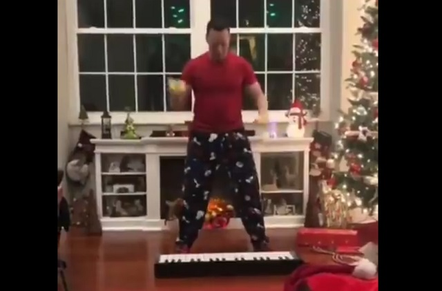 Парень жонглирует и играет на синтезаторе