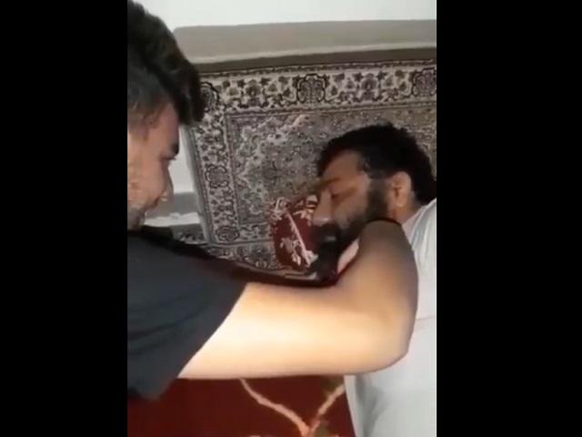 Сын режет бороду отцу