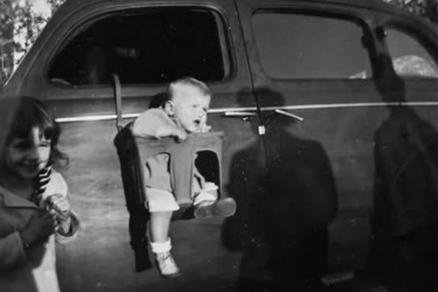Ребенок в старом автокресле