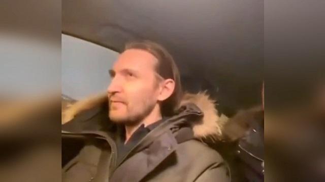 Актер дубляжа в машине
