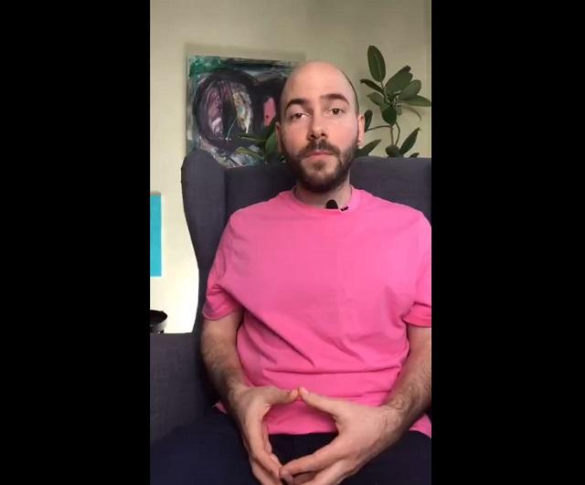 Парень в розовой футболке