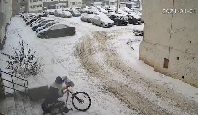 Дед Мороз украл велосипед из подъезда