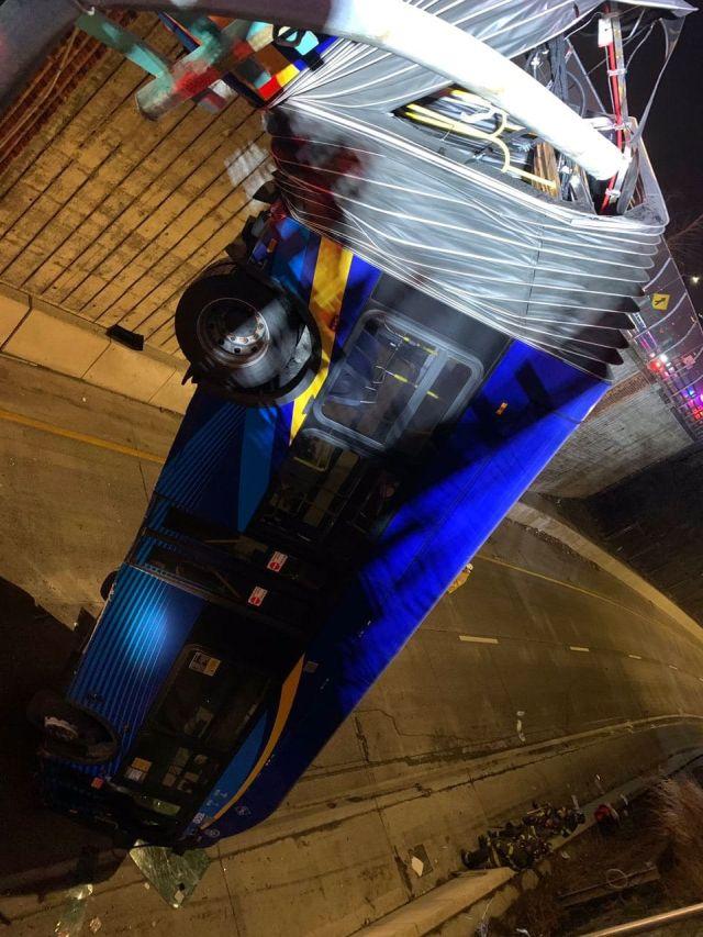 Автобус висит на гармошке