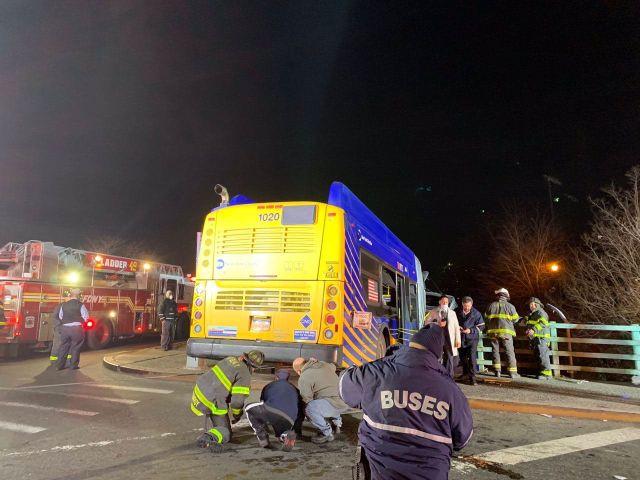 Спасатели возле упавшего автобуса
