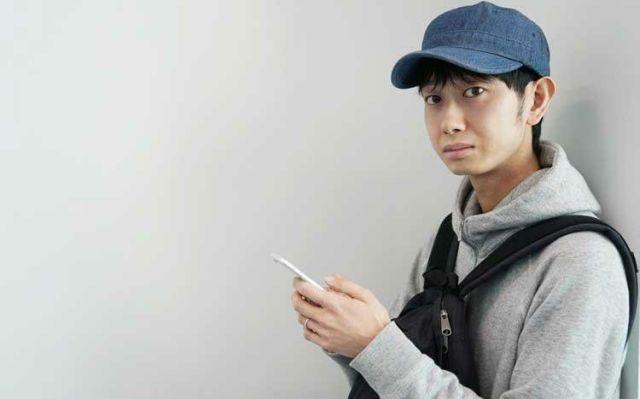 Сёдзи Моримото со смартфоном
