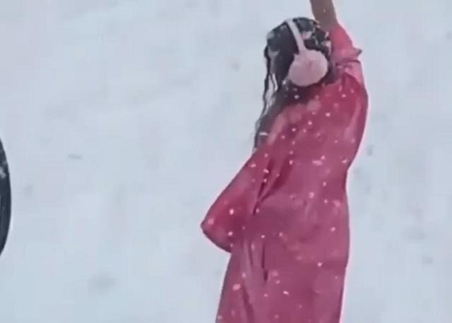 Девушка в халате в снегу