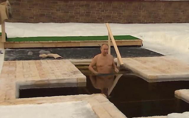 Владимир Путин по традиции окунулся в прорубь на Крещение