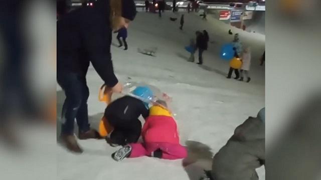 Папа с детьми на снежной горке