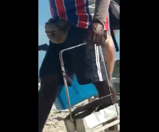 Девушки тренируются на пляже