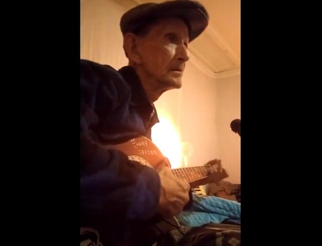 Дедушка поет