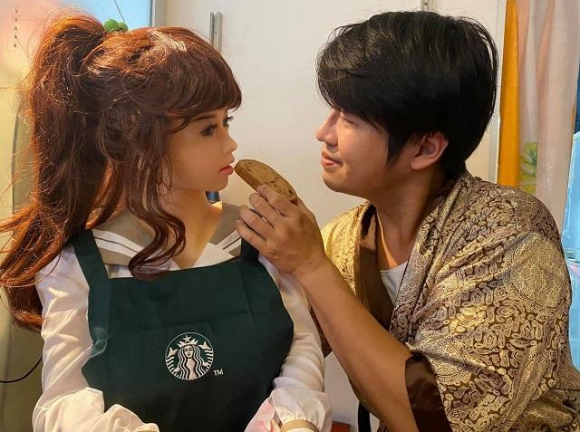 Се Тяньронг кормит куклу