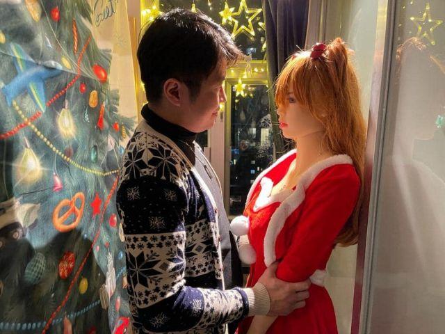 Се Тяньронг держит за руки куклу