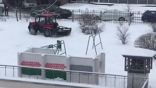 Трактор давит снеговиков