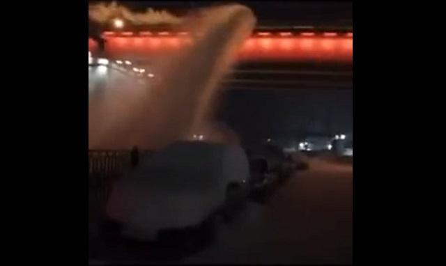 снегоуборочная техника скинула снег на автомобили