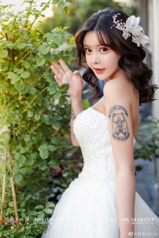 Чжоу Чуна в белом платье