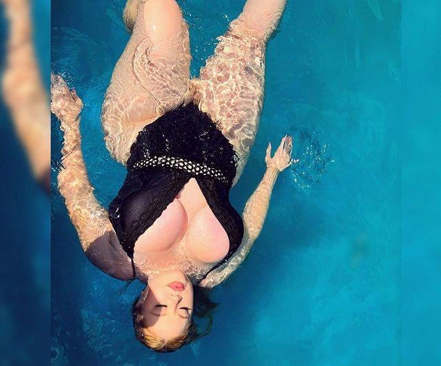 Бриттани Жак в бассейне