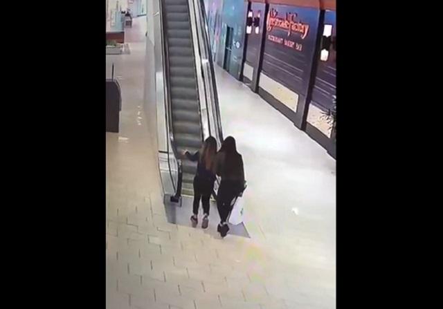 Девушки на эскалаторе