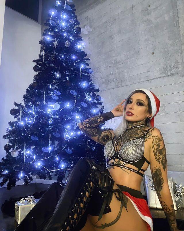 Девон О'Келли у новогодней елки