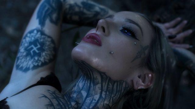 Девон О'Келли лежит на кровати