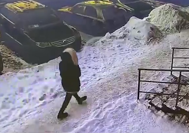 Девушка заходит в подъед