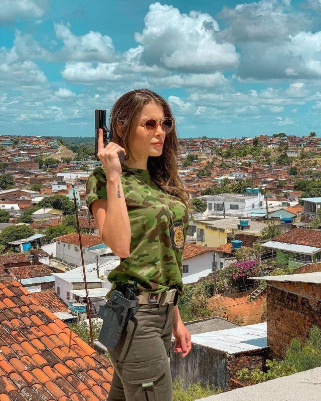 Габриэла Куэйроз с пистолетом