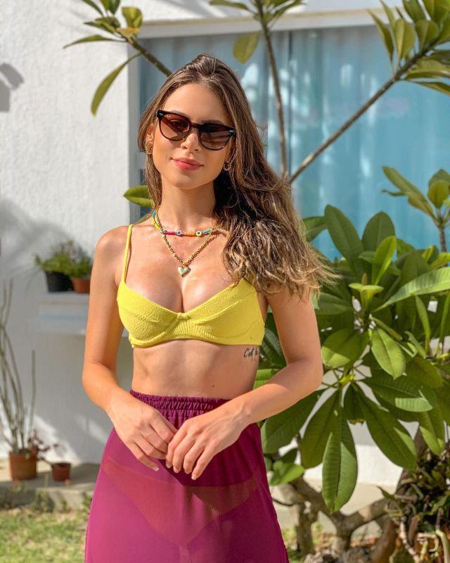 Габриэла Куэйроз в желтом купальнике