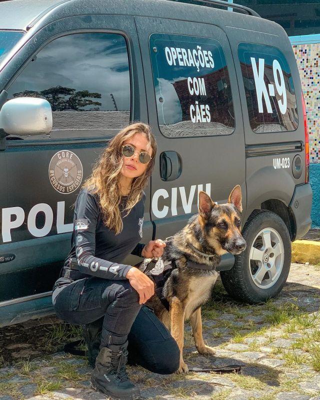 Габриэла Куэйроз с полицейской собакой