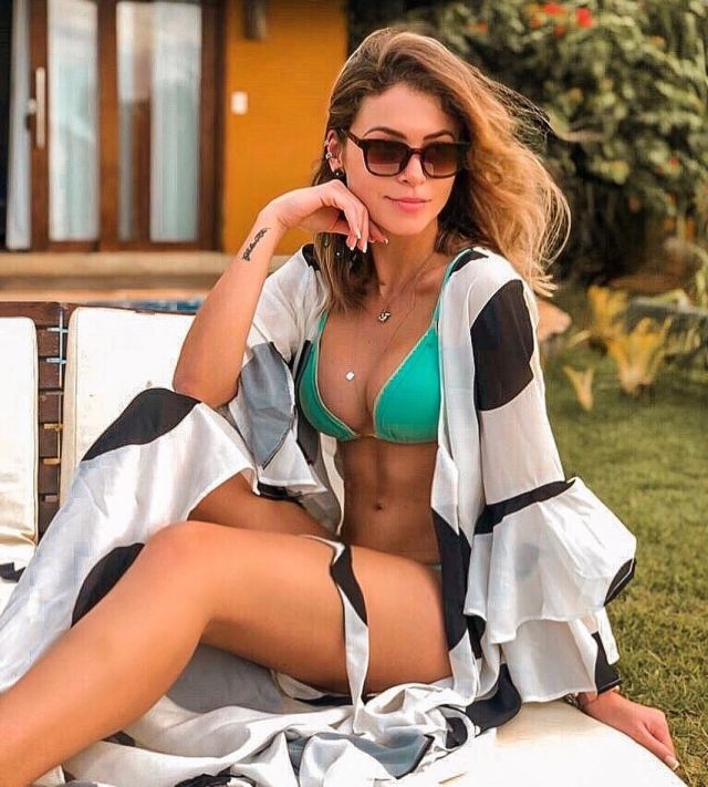 Габриэла Куэйроз бирюзовом купальнике