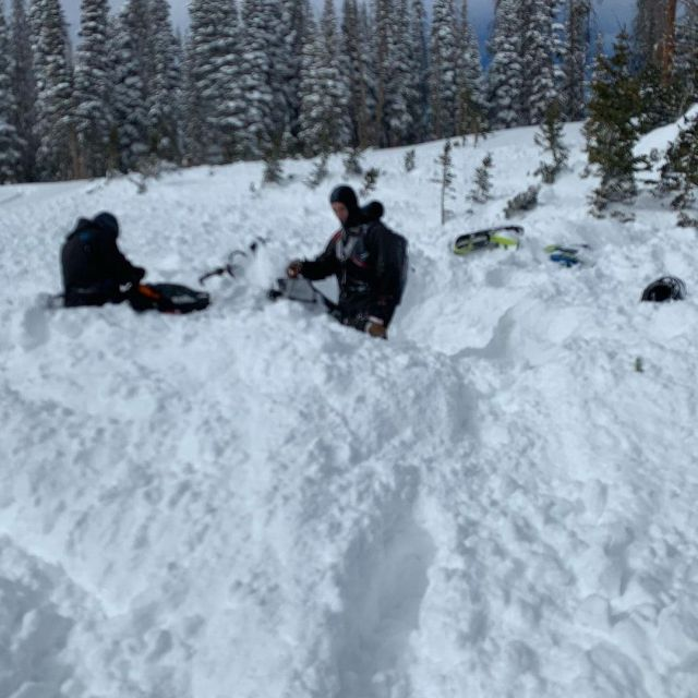 Парни в снегу