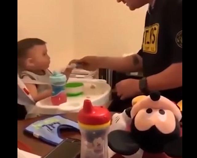 Кормят ребенка