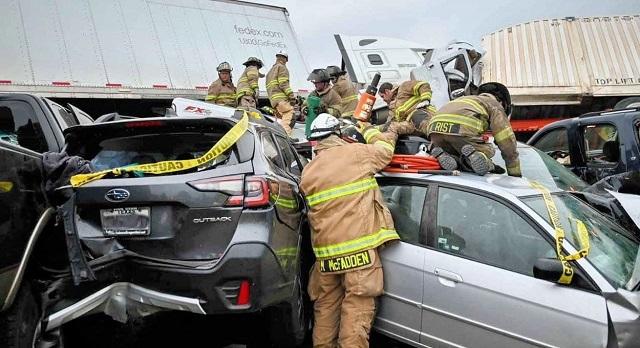 Спасатели вытаскивают людей