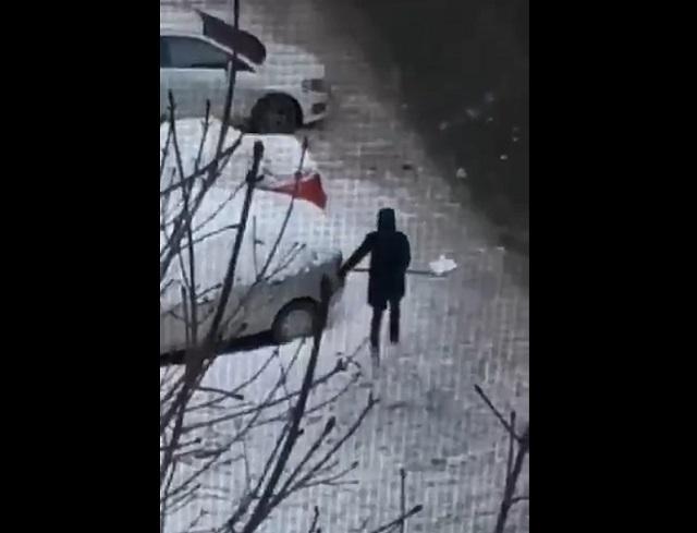 Коммунальщик с лопатой